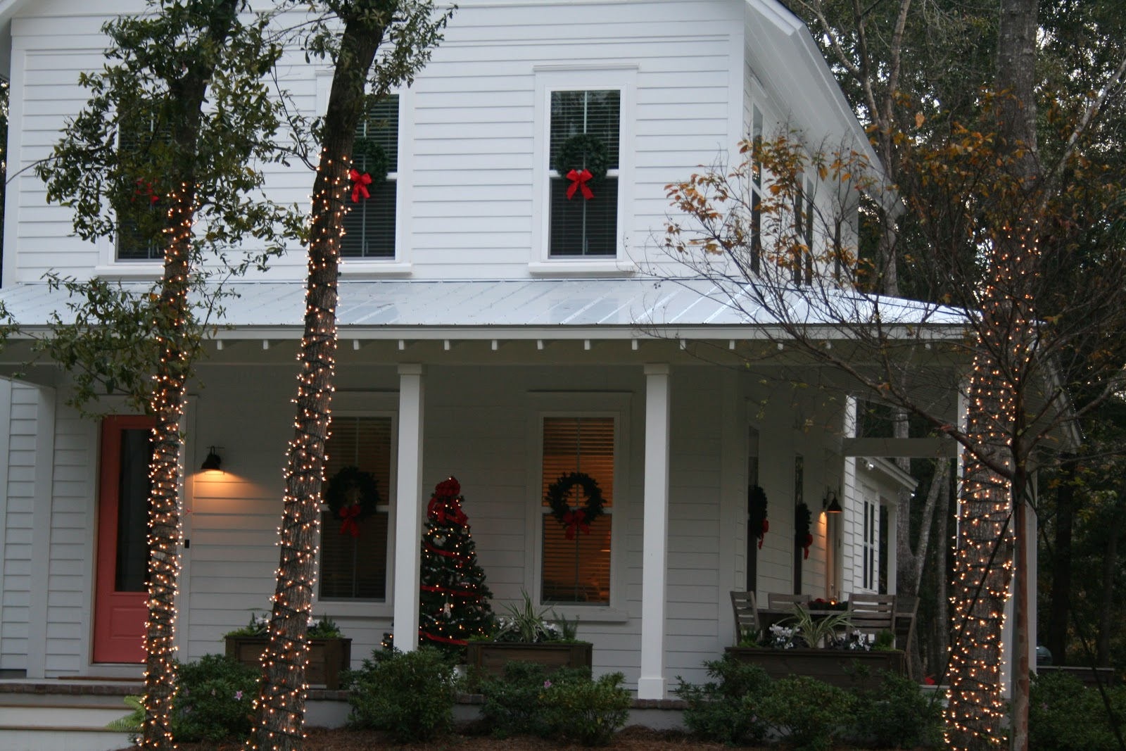 and here is what the house looks like at night simple classic cottage outdoor christmas decorations - Classic Outdoor Christmas Decorations