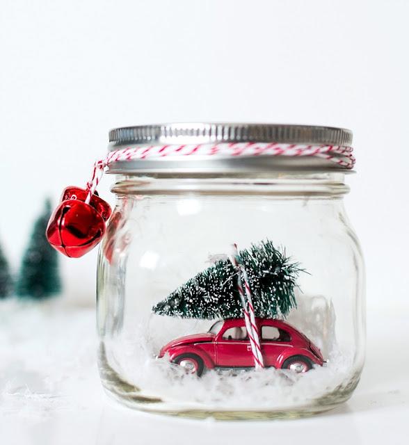 bola de nieve con un bonito coche dentro