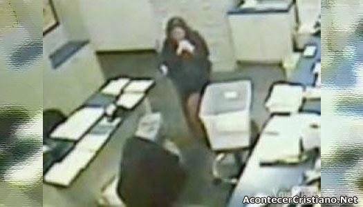 Ladrón ora con víctima en pleno asalto