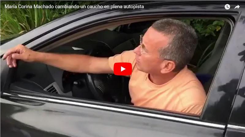María Corina Machado cambiando un caucho en plena autopista