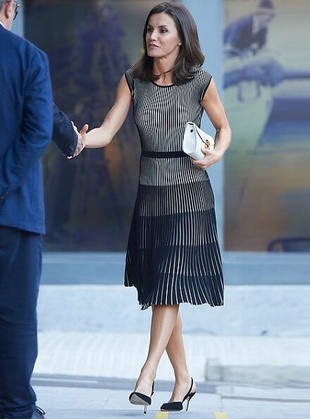 Hugo Boss Franca stretch cotton dress. Queen Letizia wore a cotton dress by Hugo Boss. carried white clutch