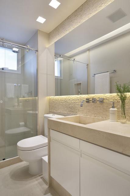 Luz branca no banheiro