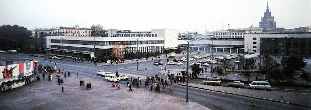 1980-е годы. Рига. Привокзальная площадь, здания Центрального ж/д вокзала и Главпочтамта.