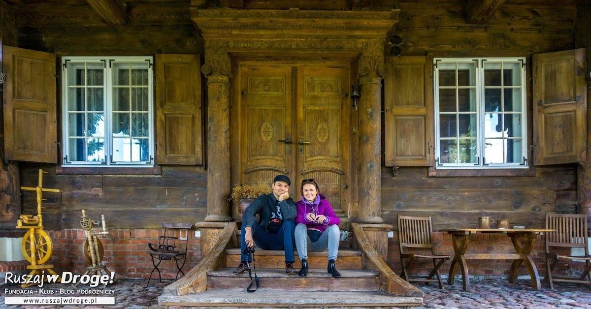 Kasia i Maciej - Ruszaj w Drogę przed wejściem do żuławskiego domu