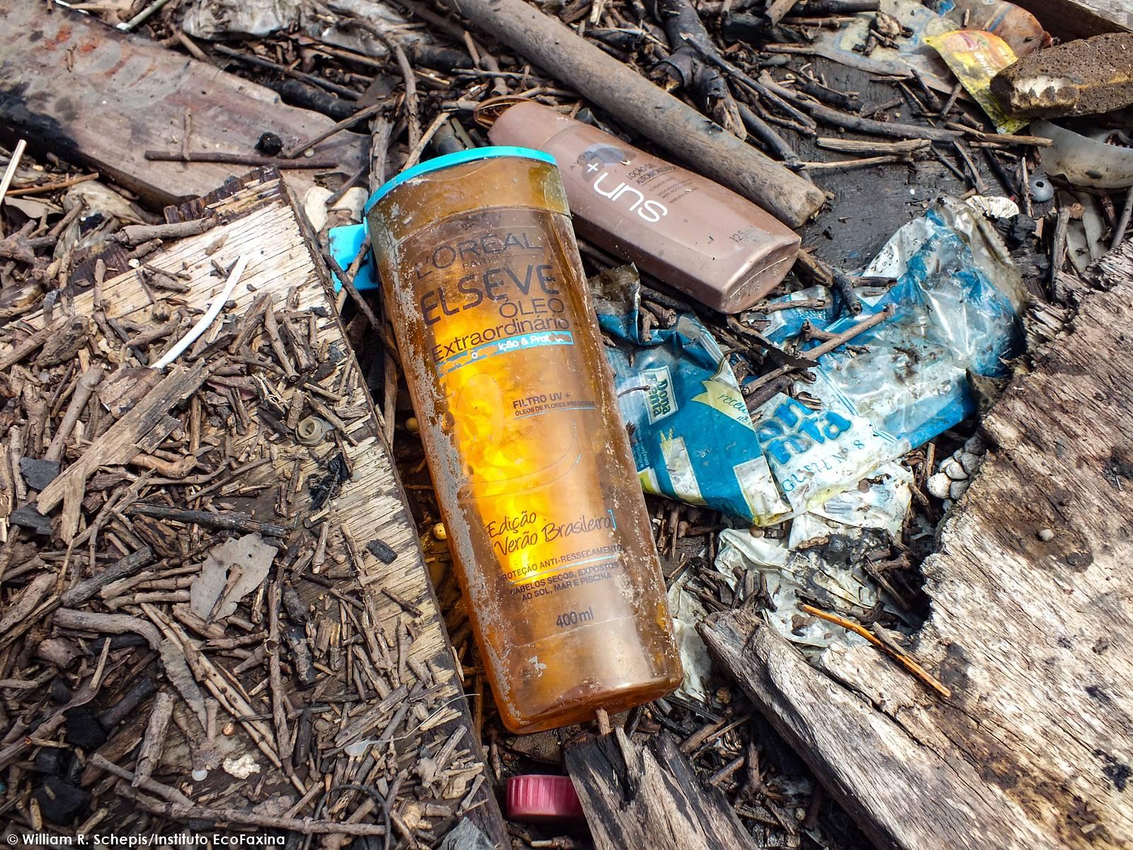 No manguezal, a biodiversidade vem sendo substituída pelo plástico. Inúmeras empresas tem suas marcas em embalagens de produtos poluindo ecossistemas costeiros e marinhos da região.