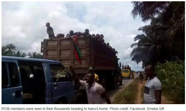 Thousands of IPOB supporters head to Nnamdi Kanu's home as army lay siege (photos)
