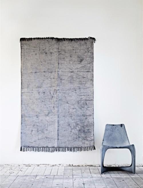 Was muss sich die Farbe Grau nicht  alles sagen lassen? Sie sei langweilig, trist und spießig. Dabei kann sie richtig sexy wirken - wie der Teppich und Stuhl von Ochre zeigen.