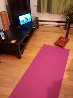 Tapis de yoga dans le salon