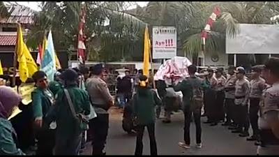 Demo Mahasiswa di Kantor Bawaslu Berlangsung Ricuh