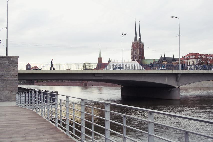 Kładka pod Mostem Pokoju