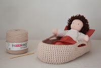 http://lesbricolesdesandrine.blogspot.fr/2013/02/tutoriel-couffin-au-crochet-en-trapilho.html