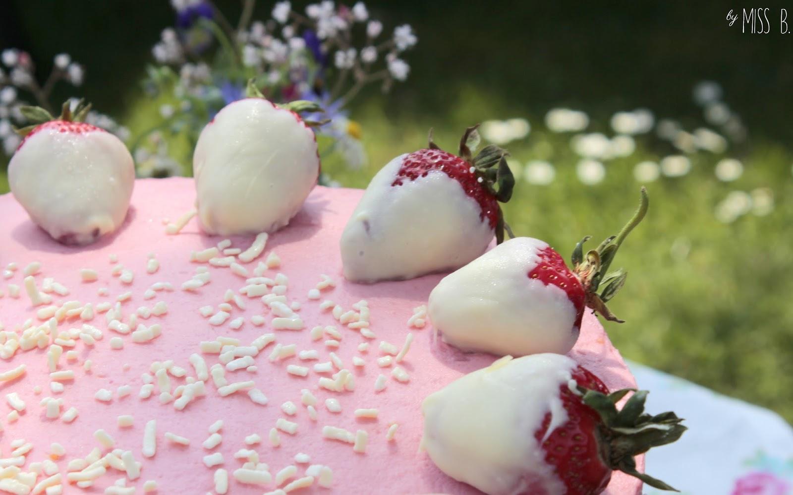 Eine Gartenparty mit leckerer Erdbeertorte
