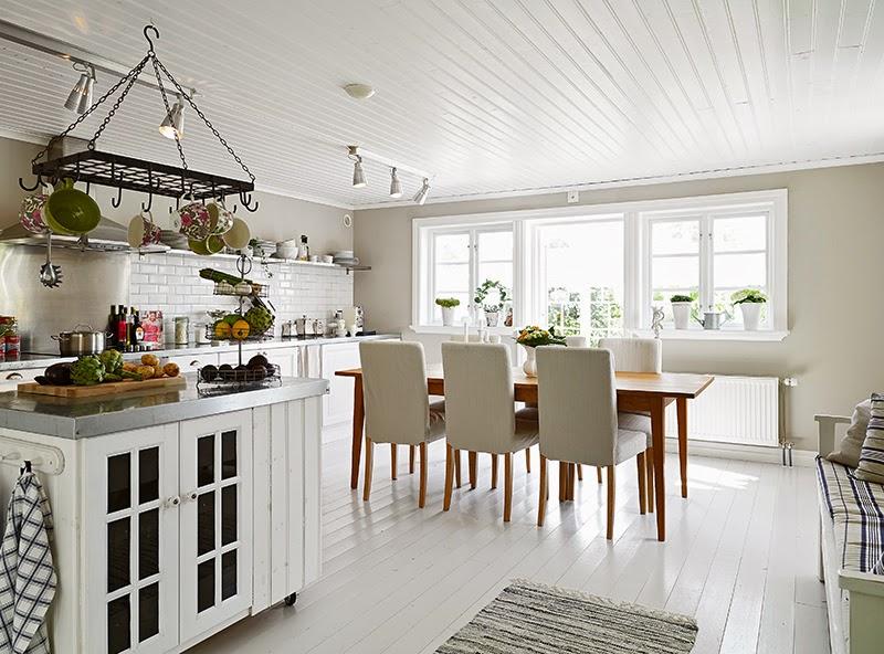 Biały, drewniany domek, wystrój wnętrz, wnętrza, urządzanie domu, dekoracje wnętrz, aranżacja wnętrz, inspiracje wnętrz,interior design , dom i wnętrze, aranżacja mieszkania, modne wnętrza, vintage, shabby chic, białe wnętrza, kuchnia, kitchen, biała kuchnia, projekt kuchni