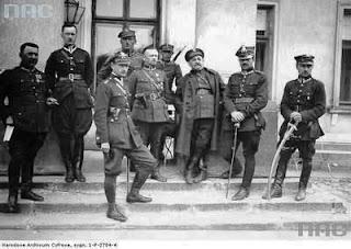 Oficerowie marszałka Józefa Piłsudskiego przed Belwederem - maj 1926