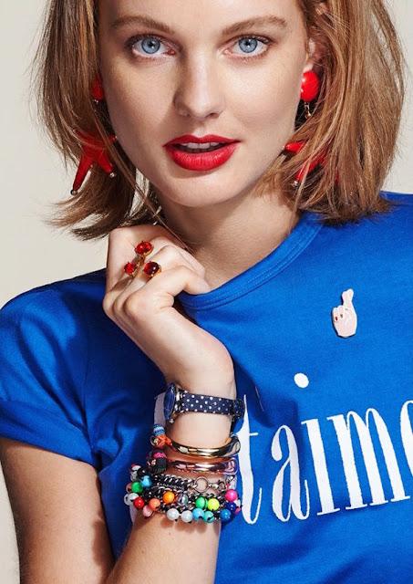 Красная помада с синей футболкой