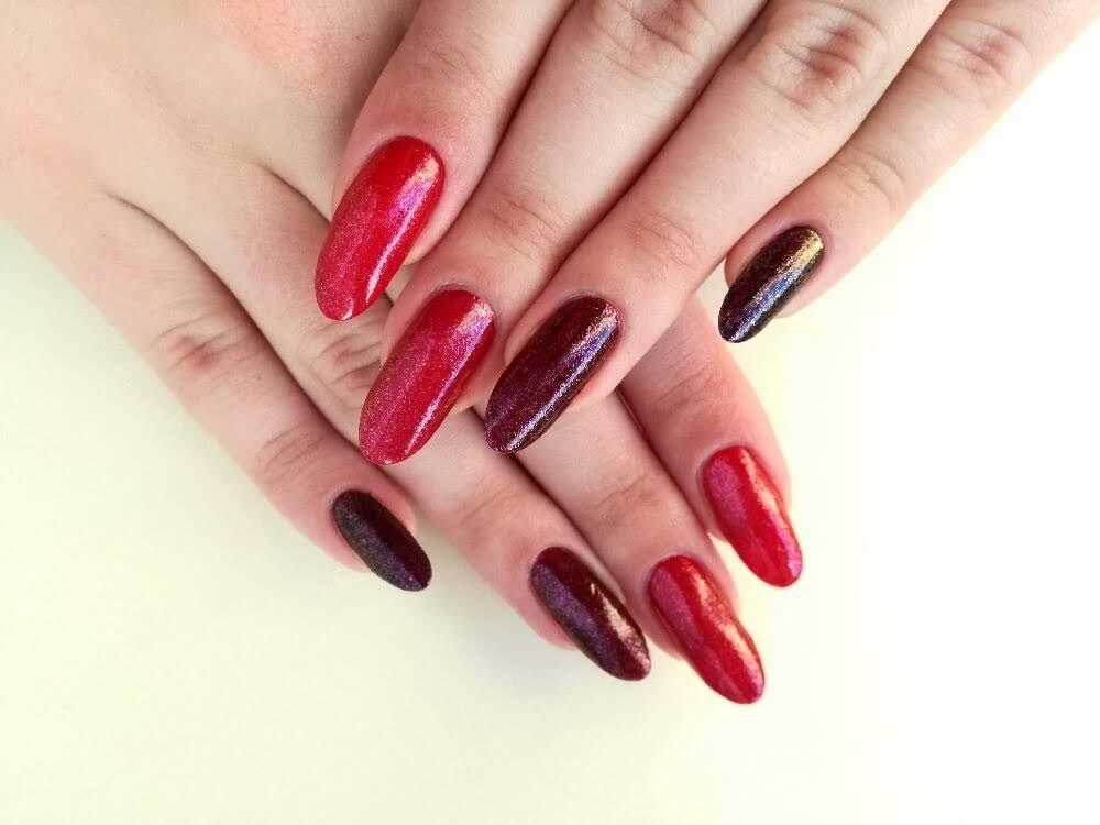 długie czerwone paznokcie z brokatem