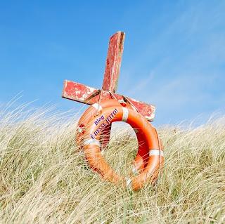 Imagem de uma cruz com uma boia Sava-Vidas, representando o nosso SENHOR JESUS como nosso SALVADOR