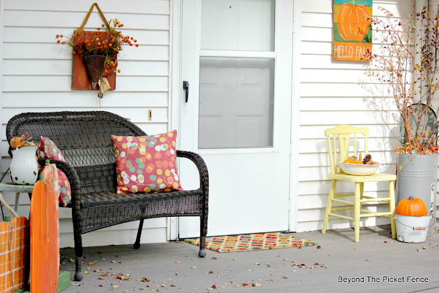 use thrift store finds and pallet wood projects to decorate your porch for fall