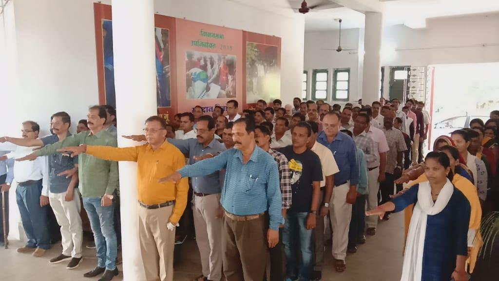 Jhabua News-राष्ट्रीय एकता दिवस पर कलेक्टर ने  शासकीय सेवको को संकल्प दिलाया