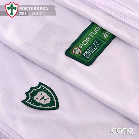 da990f539c No uniforme titular, além da bela mescla de cores que o clube já possui,  foram inseridos traços modernos ao layout, como as listras vermelhas finas  dentro ...