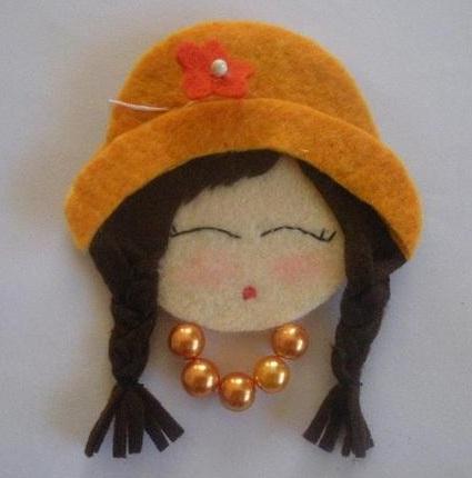 rosto de daminha em feltro com chapéu e tranças