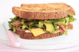 """<img src=""""sandwich-de-aguacate.jpg"""" alt=""""el sandwich con pan integral y aguacate es una comida que contiene muy poca grasa y carbohidratos"""">"""