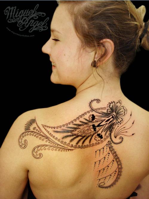 Tribal femeie tatuat pe omoplat