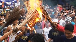 Ritual Perang Api Tradisi 2,5 Abad Yang Tetap Lestari