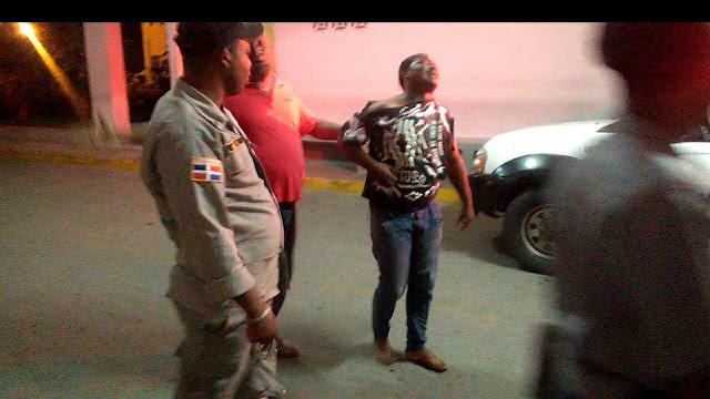 """Joven llora desconsoladamente tras una golpiza que le dieron Yonathan y un tal Cambio """"miembros de la policía"""" en Barahona"""
