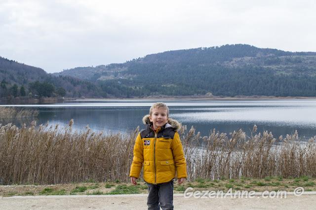 Abant gölü çevresinde yürüyen oğlum