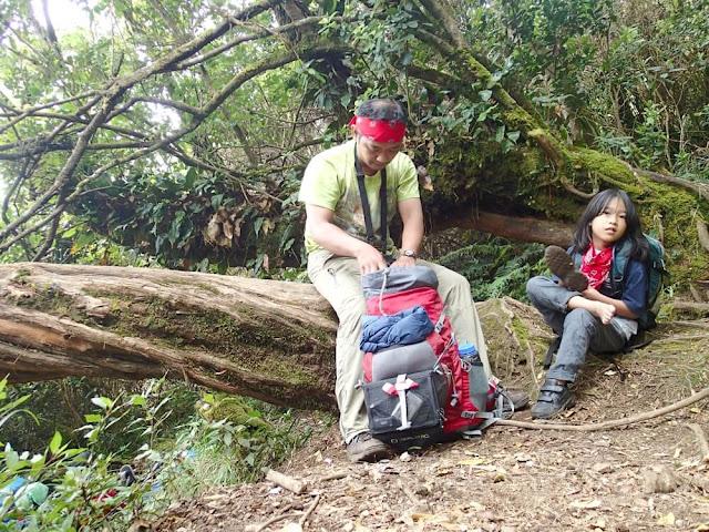 mendaki gunung gede bersama anak via gunung putri