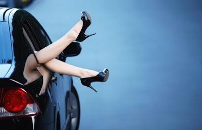 O poder do salto é de tamanha expressão, que ultrapassa as fronteiras do feminino para alcançar o masculino, e mexer com a cabeça deles, de modo a deixar clara a preferencia por vê-las desfilar seu charme sobre saltos.  O fato é que o salto alto tem um 'Q' de atitude, de poder e sedução, e tem tudo de charme e elegância.