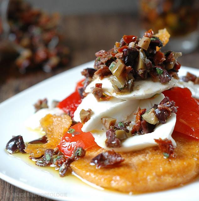 Polenta-Plaetzchen mit Bueffel-Mozzarella, Paprika und Tapenade