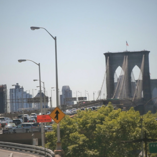 Uma-miúda-em-Nova-Iorque-armazém-de-ideias-ilimitada-brooklyn-bridge-traffic