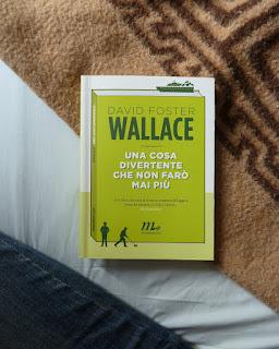 Una cosa divertente che non farò mia più David foster wallace recensione no spoiler felice con un libro