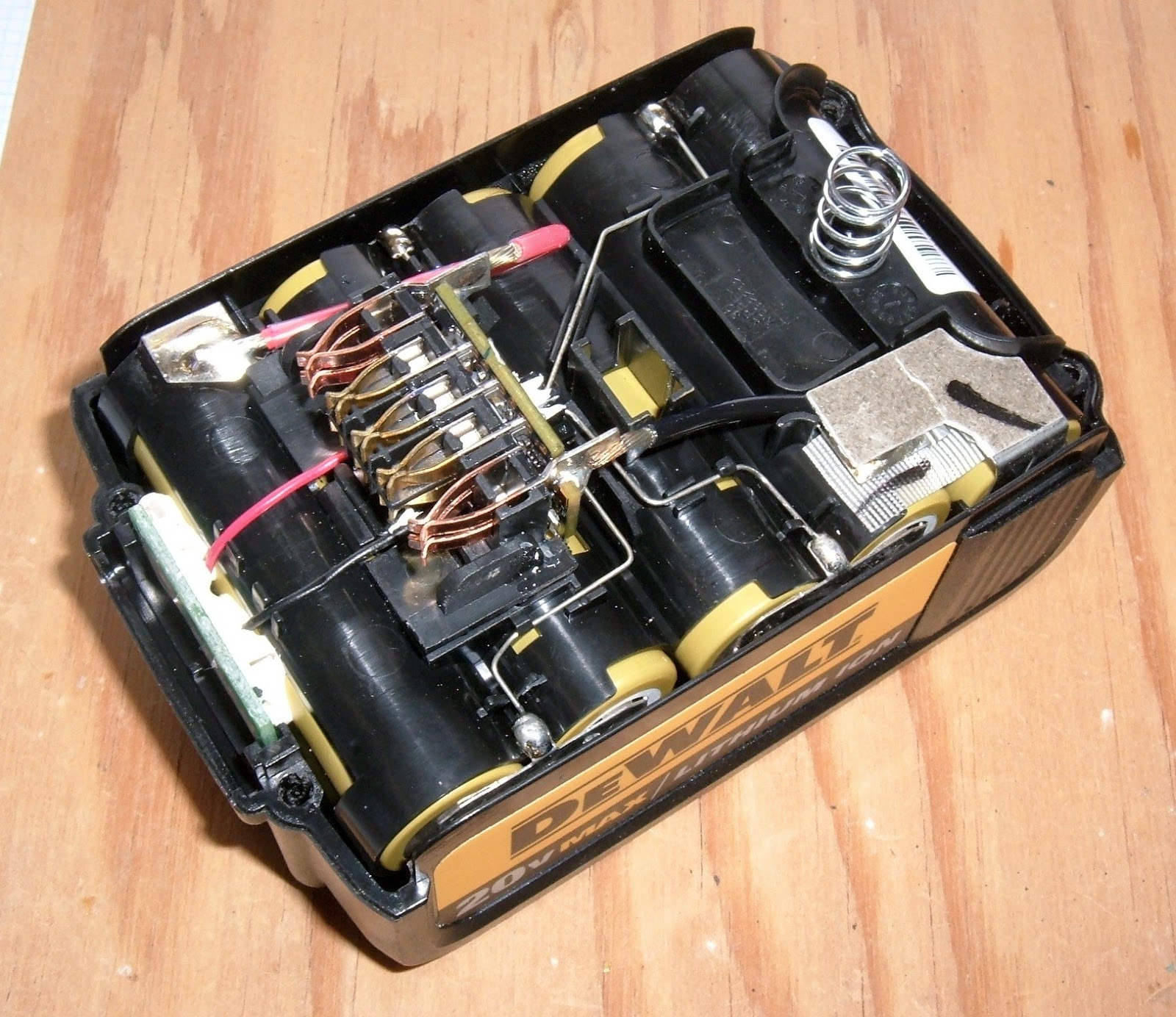 Syonyks Project Blog Dewalt 20v Max 30ah Battery Pack Teardown The Kill Switch Be Hooked Up Positive Or Negative To From This Angle Double Height B And Terminals Are Visible As Is State Of Charge Indicator