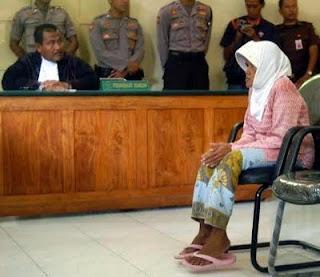 Nenek Asyani di hukum karena dituduh mencuri kayu jati