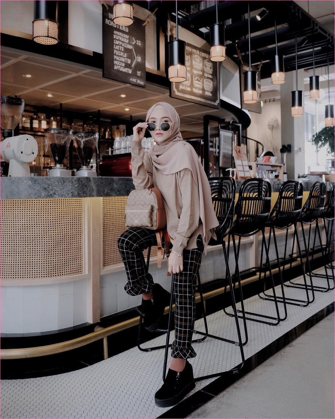 Outfit Kerudung Pashmina Ala Selebgram 2018 hijab pashmina diamond kemeja baju blouse krem celana bahan kotak-kotak kets sneakers ;loafers and slip ons hitam kacamata bulat ciput rajut backpack coklat tua ootd trendy kekinian