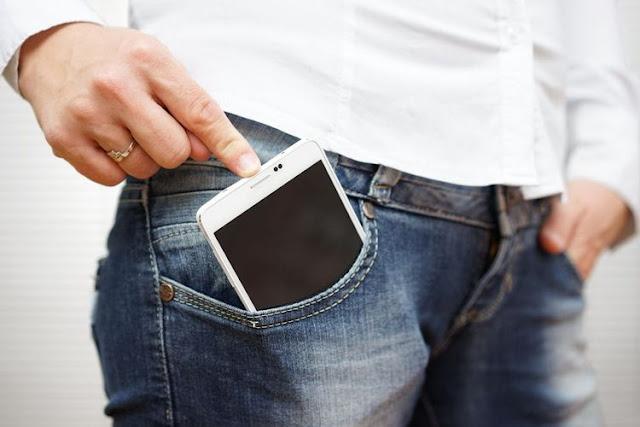 Sebarkan! Inilah Bahaya Menyimpan Hp di Saku Celana