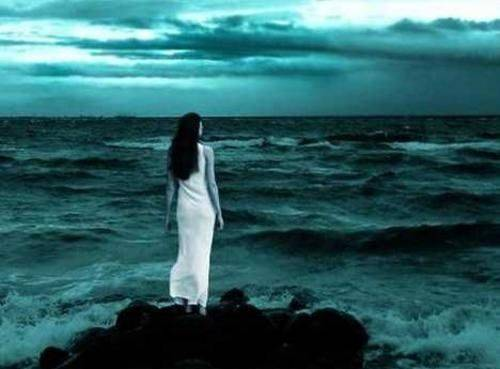 Resultado de imagem para mulher a olhar o mar