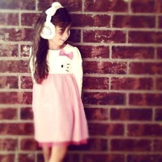 Gambar anak perempuan pakai baju dress hello kitty warna pink