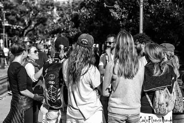 Grupo de turistas conversando en Blanco y Negro.