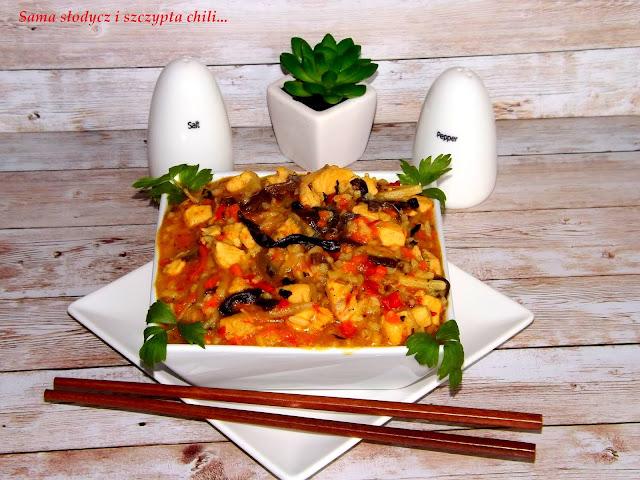 Ryż z warzywną mieszanką chińską i kurczakiem.