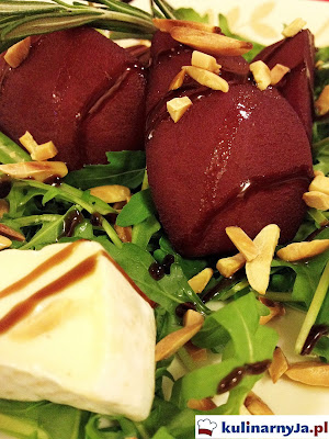 Sałatka z gruszką w czerwonym winie na rukoli z serem camembert i prażonymi migdałami