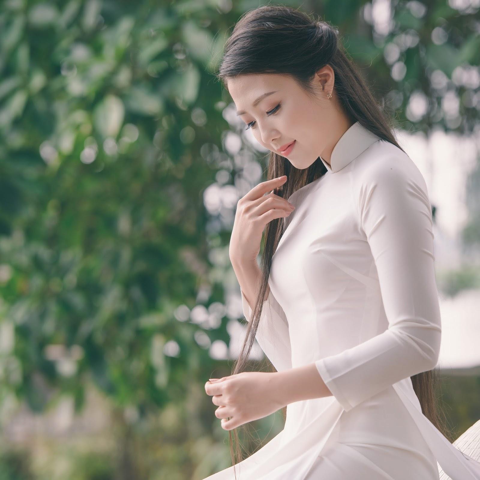 Thiếu nữ Việt khoe dáng trong tà áo dài (High Resolution)