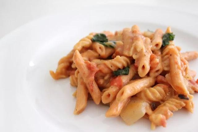 One Pot Creamy Tomato Basil Lentil Pasta #vegan #dinner