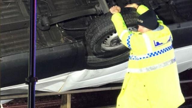 Policía detiene con sus manos camioneta al filo de un puente