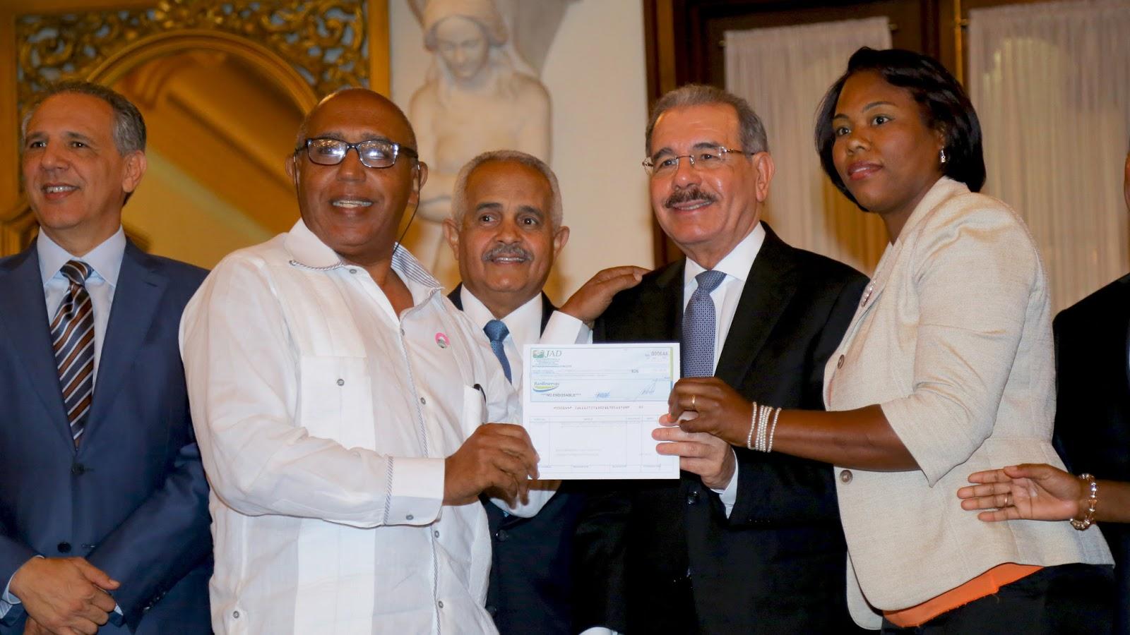 VIDEO: Alegría para 20 mil pequeños productores: Danilo entrega financiamiento PRORURAL