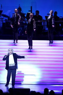 Η Μαρινέλλα ερμηνεύει το τραγούδι «Καλύτερα» στη μουσική παράσταση «Μαρινέλλα - Ζαχαράτος στον καθρέφτη του Παλλάς» (Πρεμιέρα) στο Θέατρο «Παλλάς», στις 31 Δεκεμβρίου 2016.