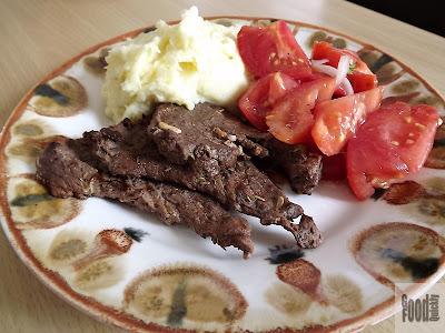 Grătar de vițel cu piure de cartofi și salata de roșii